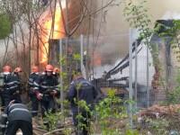 Incendiu de amploare la o clădire din Sectorul 3 al Capitalei, în care erau depozitate materiale din lemn