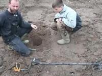 Comoara descoperită de un băiețel, în timp ce se juca cu un detector de metale