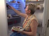 Românii pierd bani din cauza alimentelor pe care le aruncă. Suma cheltuită de o femeie pentru masa de Paște