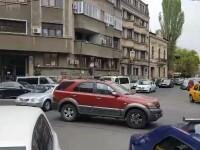 Mașină parcată într-o intersecție din București. Mesajul lăsat de șofer pe parbriz
