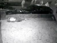 Fetiță de 15 ani bătută cu violență de o gașcă de bărbați. A fost filmată încercând să se ascundă