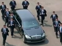 Kim Jong-un, dus cu limuzina înapoi în Coreea de Nord. 12 bodyguarzi au alergat pe lângă mașină. VIDEO