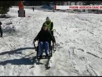 Câțiva tineri cu handicap locomotor au folosit o pârtie, cu un dispozitiv special