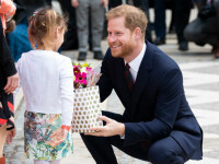Prințul Harry a primit un buchet de flori de la o fetiță, la un eveniment caritabil din Londra