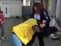 Elevă din Botoșani bătută cu pumnii și picioarele. Nimeni nu a intervenit. VIDEO