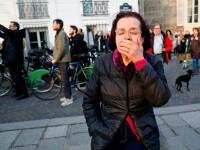 Momentul în care parizienii, devastați de incendiul de la Notre Dame, încep să cânte imnuri