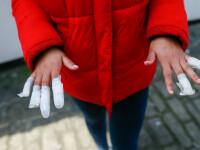 Adolescentă de 13 ani, atacată de mai multe tinere. I-au smuls unghiile