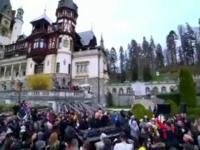 Reacţia unor tineri când aud muzică tehno la castelul Peleş.