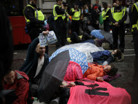 Motivul pentru care o femeie și-a lipit sânii de asfalt, la Londra. GALERIE FOTO