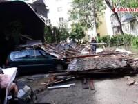 Furtună violentă în Timișoara. Acoperișurile au căzut peste mașini