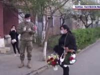 Gest emoționant pentru asistenta din Galați umilită de vecini. Militarii au așteptat-o cu flori acasă