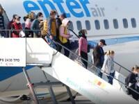 Doi pasageri ai unui avion au fost dați jos din aeronavă după ce au refuzat să poarte măști