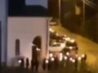 Preot filmat când permite enoriașilor să intre în biserică, în noaptea de Înviere