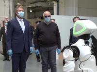 Ce i-a spus roboțelul Escu lui Klaus Iohannis la Spitalul Modular Covid-19