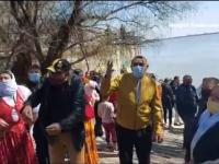 Botez pe malul Dunării, cu peste 50 de persoane. Pastorul care l-a organizat a fost amendat