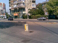 Capcană pentru şoferi! Canalizare descoperită în centrul Capitalei