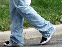 Un pusti a reusit sa stranga 30.000 de perechi de pantaloni pentru nevoiasi