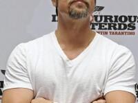 Brad Pitt, cu barba, ochelari de soare si geaca de piele la San Sebastian