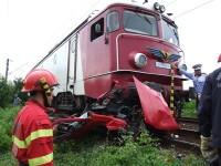 A vrut sa treaca peste calea ferata, dar masina i-a fost lovita de tren!