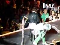 Steven Tyler de la Aerosmith a cazut din nou de pe scena! Vezi momentul