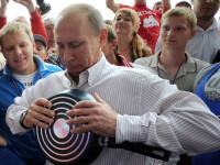 Indoaie tigai si se catara pe pereti. Vladimir Putin, noul Chuck Noris al unei tabere de tineret