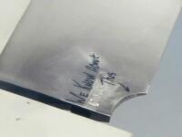 Un barbat care calatorea la bordul unui avion a incremenit cand a vazut ce mesaj era scris pe aripa