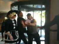Un fan a fost batut de bodyguarzii lui Lady Gaga la Bucuresti. VIDEO cu momentul tensionat din hotel