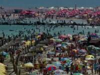 Turistii au stat la o coada uriasa pentru a sta pe plaja langa gunoaie.