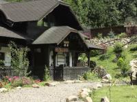 Familia care a indraznit sa cumpere 3 case traditionale din Bucovina cu 500.000 EURO.