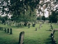 Un barbat de 24 de ani a fost amendat in Marea Britanie pentru ca s-a prefacut ca este o fantoma intr-un cimitir
