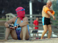 Noua moda pe plajele din China.