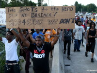 Revolta in Ferguson. Politia a tras cu gaze lacrimogene in protestatari, iar 31 de persoane au fost arestate