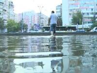 Marea BALTA a Capitalei: o creatie comuna a autoritatilor lente si a locuitorilor care isi parcheaza masinile pe canalizare