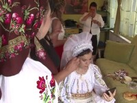 Doi romani care traiesc in Suedia si-au facut nunta in stil traditional, la Bistrita. Invitatii straini, foarte incantati