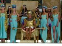 Radu Mazare a fost incoronat ca Ramses al Doilea de un harem format din tinere frumoase. Pe scena au fost lei si serpi