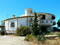 Complexul de lux, construit ca simbol al economiei moderne din Grecia, a ajuns in paragina. De ce nu vrea nimeni sa-l cumpere