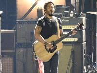 Moment jenant pentru Lenny Kravitz, intr-un concert. Artistul si-a expus partile intime, dupa ce si-a crapat pantalonii VIDEO