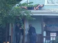 Fotografia s-a viralizat. Un suspect, cautat de politie prin casa timp de 10 minute, statea ascuns pe acoperis
