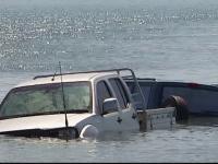Senzatii tari pe o plaja din Australia. Cum a ajuns masina unor germani in largul marii