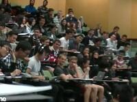 Profesorul le preda cursul, in timp ce studentul se uita la filme pentru adulti. Cum s-a dat de gol in tot amfiteatrul. VIDEO
