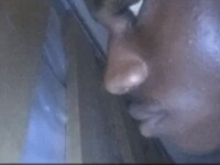 Aventura unui tanar captiv sub patul iubitei, dupa ce mama ei s-a intors mai devreme acasa. A relatat totul live pe internet