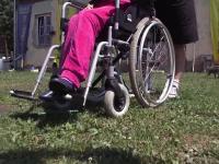 Copii in scaun cu rotile, trimisi in tabara la o cabana fara lift sau rampe de acces.