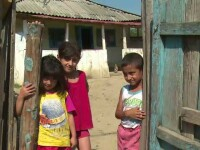 Patru copii din Vaslui pot doar sa viseze la vacanta. Drama unei familii care nu are cu ce sa isi imbrace micutii