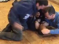 Clipul in care politistii newyorkezi bat mar un barbat de culore aflat la pamant nu este ceea ce pare. Pozitia autoritatilor