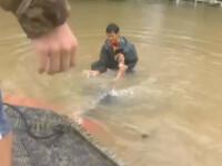 A vazut o femeie blocata in masina luata de inundatii. Curajul impresionant al unui tanar care si-a riscat viata