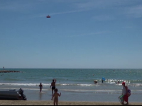 Metoda ingenioasa de salvare aparuta pe plajele din Spania. Un agent de politie a inventat
