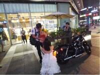 Si-a cerut iubitul de sot in mijlocul strazii si i-a dat cadou casa si motocicleta. Ce raspuns a primit