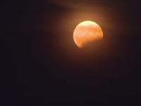 Eclipsa parţială de Luna i-a scos pe bucureşteni din casă