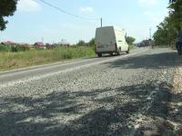 Zeci de şoferi din Gorj, la capătul răbdării din cauza criblurii care este folosită de drumari pe o şosea intens circulată