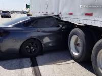 Accident șocant în SUA. Reacția șoferului care a proiectat o mașină sub un camion